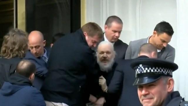 Julian Assange al momento de salir de la embajada ecuatoriana en Londres