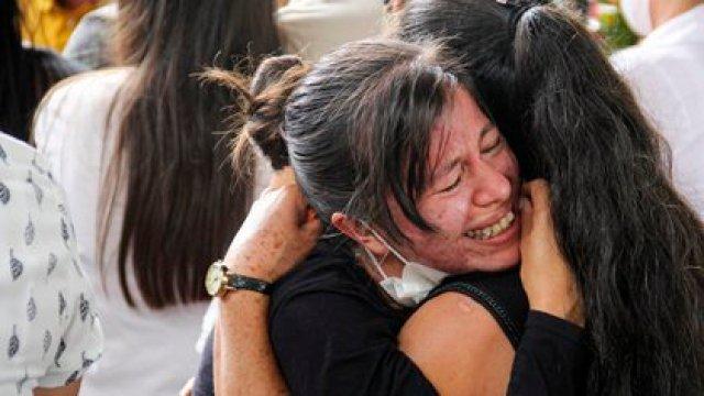 Familiares despiden a sus seres queridos muertos en una de las masacres de los últimos días en Colombia (Leonardo CASTRO / AFP)