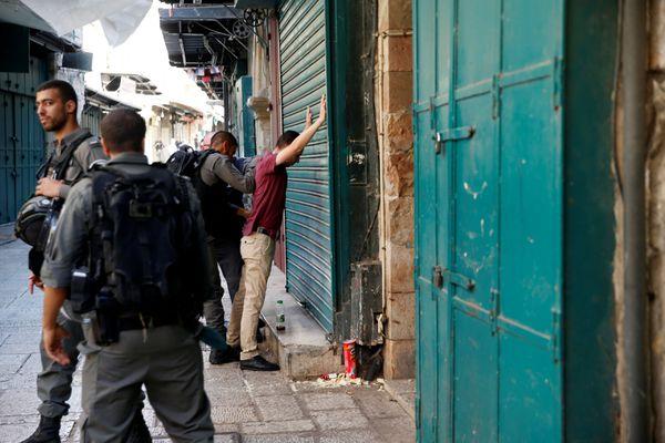 Policías israelíes detienen un palestino en el casco antiguo de la ciudad (REUTERS)