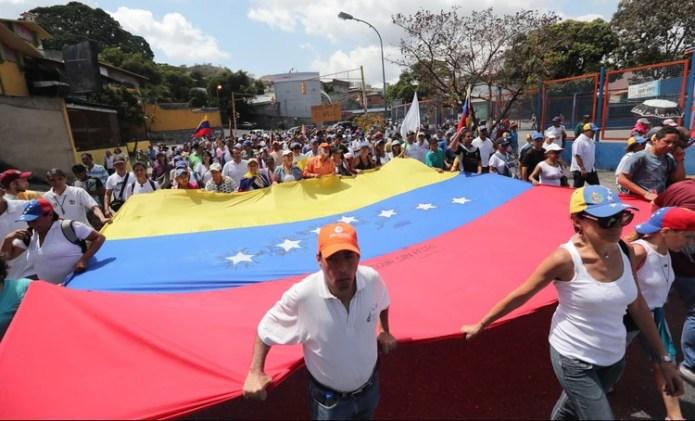 Venezolanos protestan este lunes en el barrio Santa Mónica de Caracas (EFE/ Raúl Martínez)
