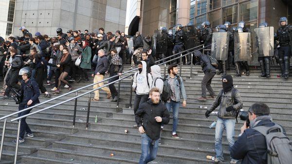 La policía antidisturbios avanza sobre los manifestantes que protestan por el avance de la cadndidata ultraderechista Marine Le Pen(AFP)