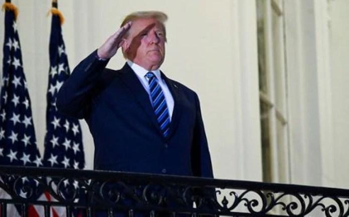 El presidente de los Estados Unidos Donald Trump posa sin mascarilla en el Balcón Truman de la Casa Blanca después de regresar del Centro Médico Walter Reed, en Washington, EEUU, el 5 de octubre de 2020. REUTERS/Erin Scott