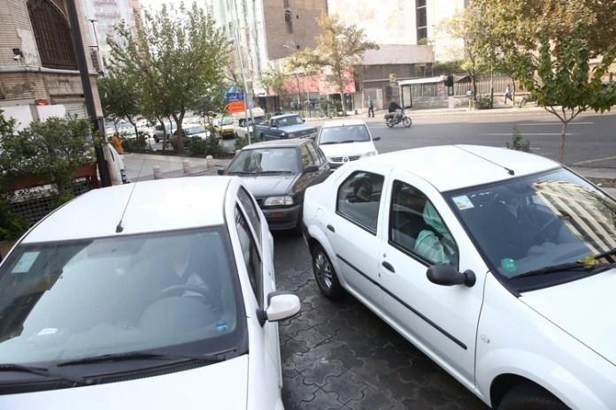 Largas filas de automóviles para cargar combustible en gasolineras de Teherán, capital de Irán (Reuters)