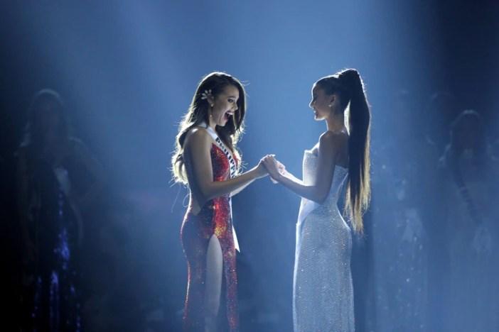 Catriona Gray y Miss Sudáfrica Tamaryn Green (REUTERS/Athit Perawongmetha)