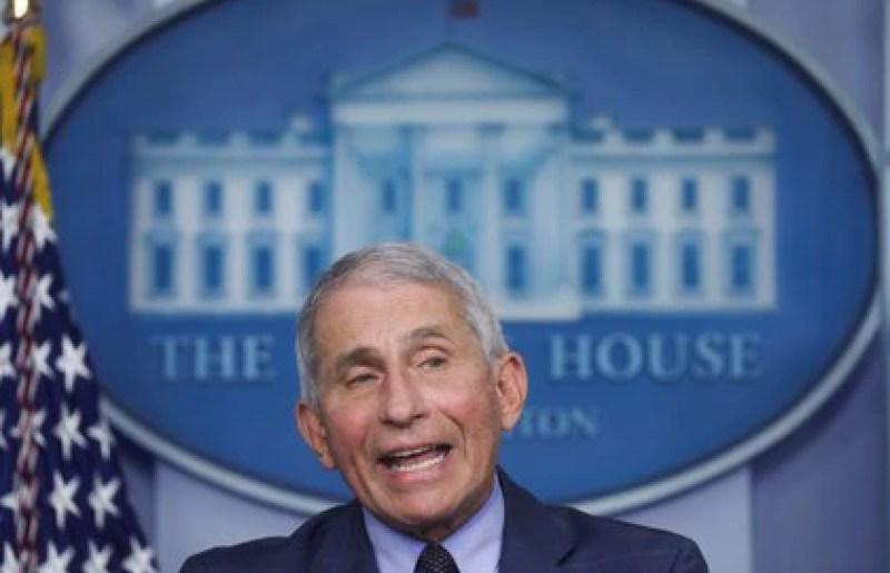 Anthony Fauci pidió a la población norteamericana no descuidarse en los próximos días festivos (REUTERS/Leah Millis)