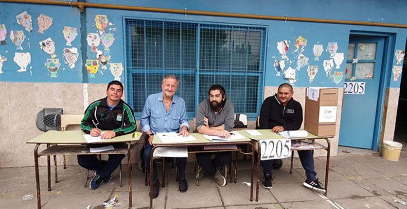 Cristiano Rattazi como fiscal de mesa en una escuela de La Matanza