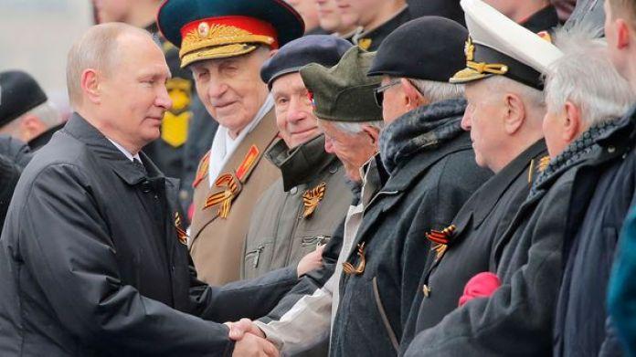 Vladimir Putin en un desfile militar (Reuters)