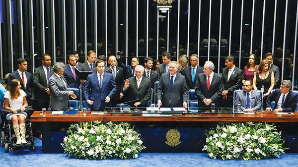 El presidente Michel Temer junto a miembros de la coalición gobernante en el Congreso de Brasil (Presidencia Brasil)