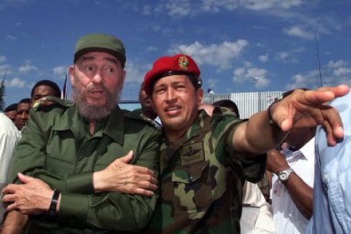 """""""Pocas veces en la historia se ha visto una identificación personal y una compenetración tan profunda como la de Hugo Chávez con Fidel Castro"""", subrayó el autor de """"La invasión consentida"""". (AP)"""