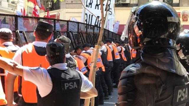 El doble vallado de la policía para contener a los manifestantes (Thomas Khazki)