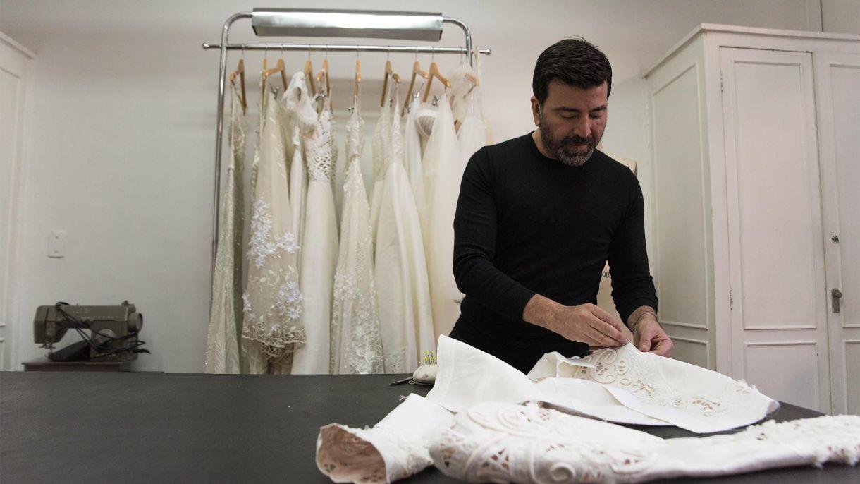 """Javier en plena acción, ultimando detalles de una chaqueta . """"Con 18 años en la moda, todavía digo que sigo soñando y me falta camino por recorrer"""" (Franco Fafasuli)"""