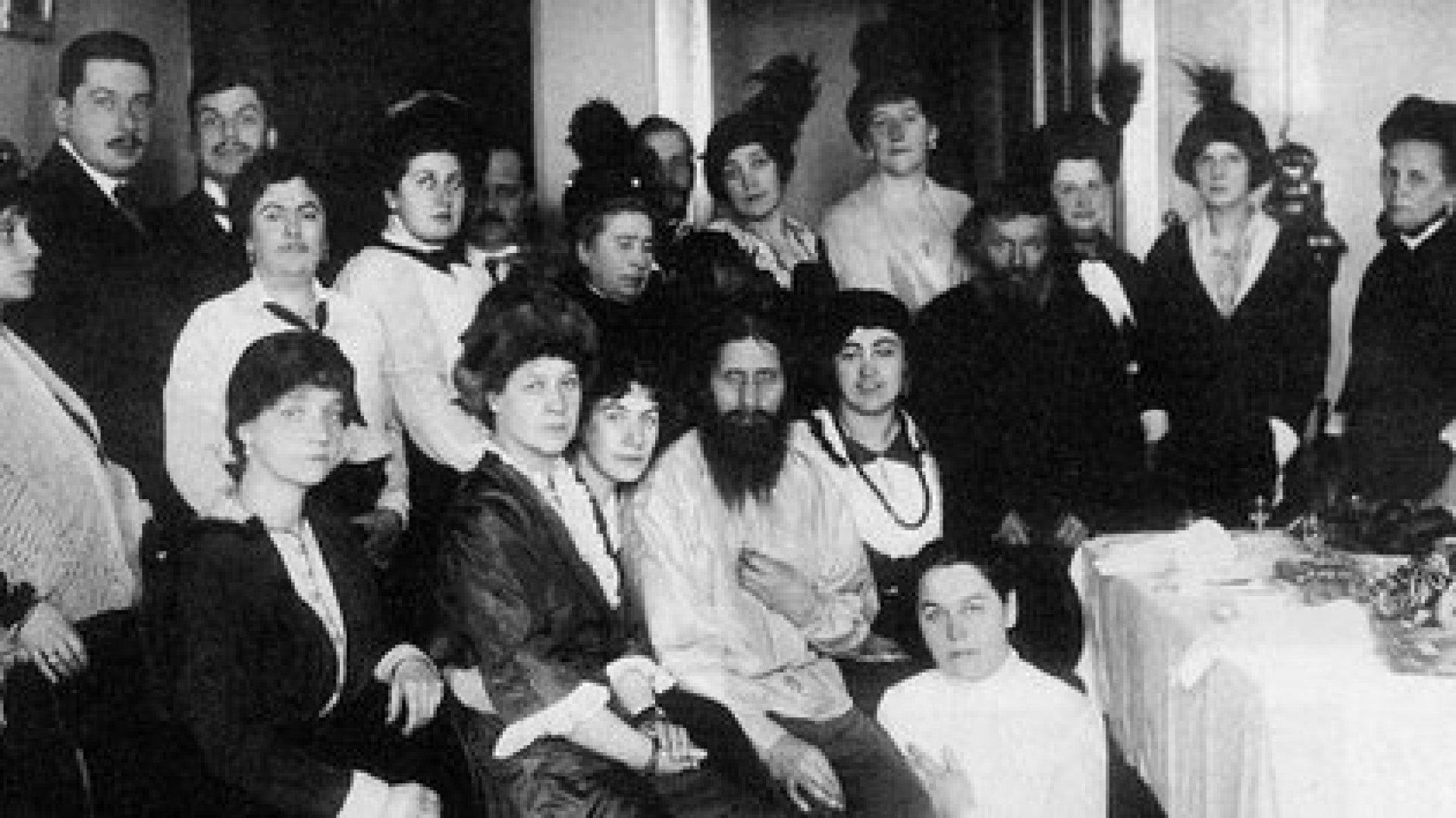 Rasputín, rodeado de seguidores. Su hija asegura que, aunque buscado por las mujeres, su padre no tenía interés en esos asuntos (Creative commons)