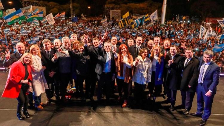 Alberto Fernández y Cristina Kirchner junto a los gobernadores del PJ
