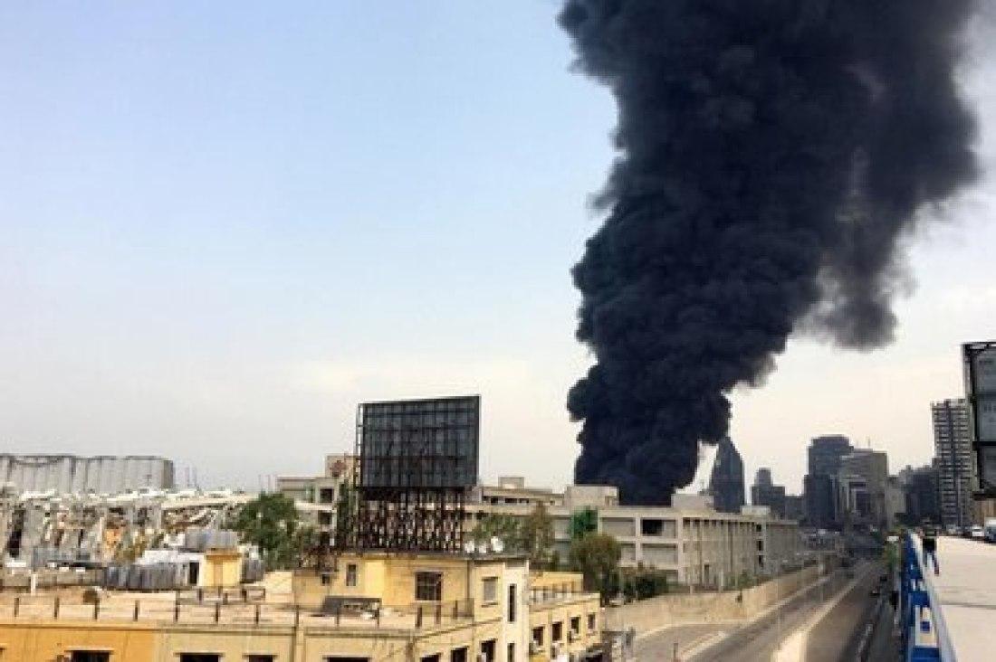 Una columna de humo sale desde el puerto este jueves en Beirut (REUTERS/Alaa Kanaan)