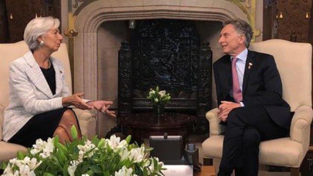 El entonces presidente Macri con la entonces directora del FMI, Christine Lagarde, durante cuya gestión la Argentina contrajo el crédito denunciado por el gobierno de Alberto Fernández