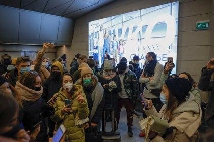 Seguidores de Navalny lo esperan en el aeropuerto Vnukovo de Moscú (Reuters)