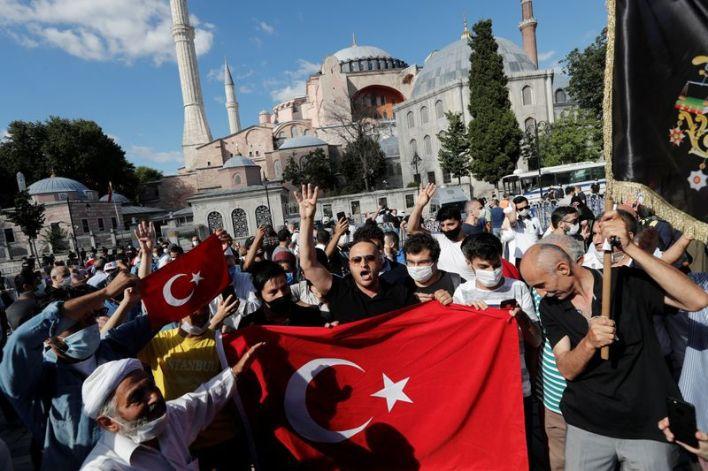 Gente se reúne frente a Santa Sofía o Ayasofya, después de una decisión judicial que allana el camino para que se convierta de nuevo de un museo a una mezquita, en Estambul. 10 de julio de 2020. REUTERS/Murad Sezer