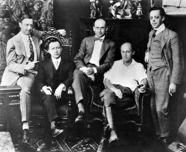 Los miembros de la corpación Lasky: Jesse L. Lasky, Adolph Zukor, Samuel Goldwyn, Cecil B. DeMlle y Al Kaufman