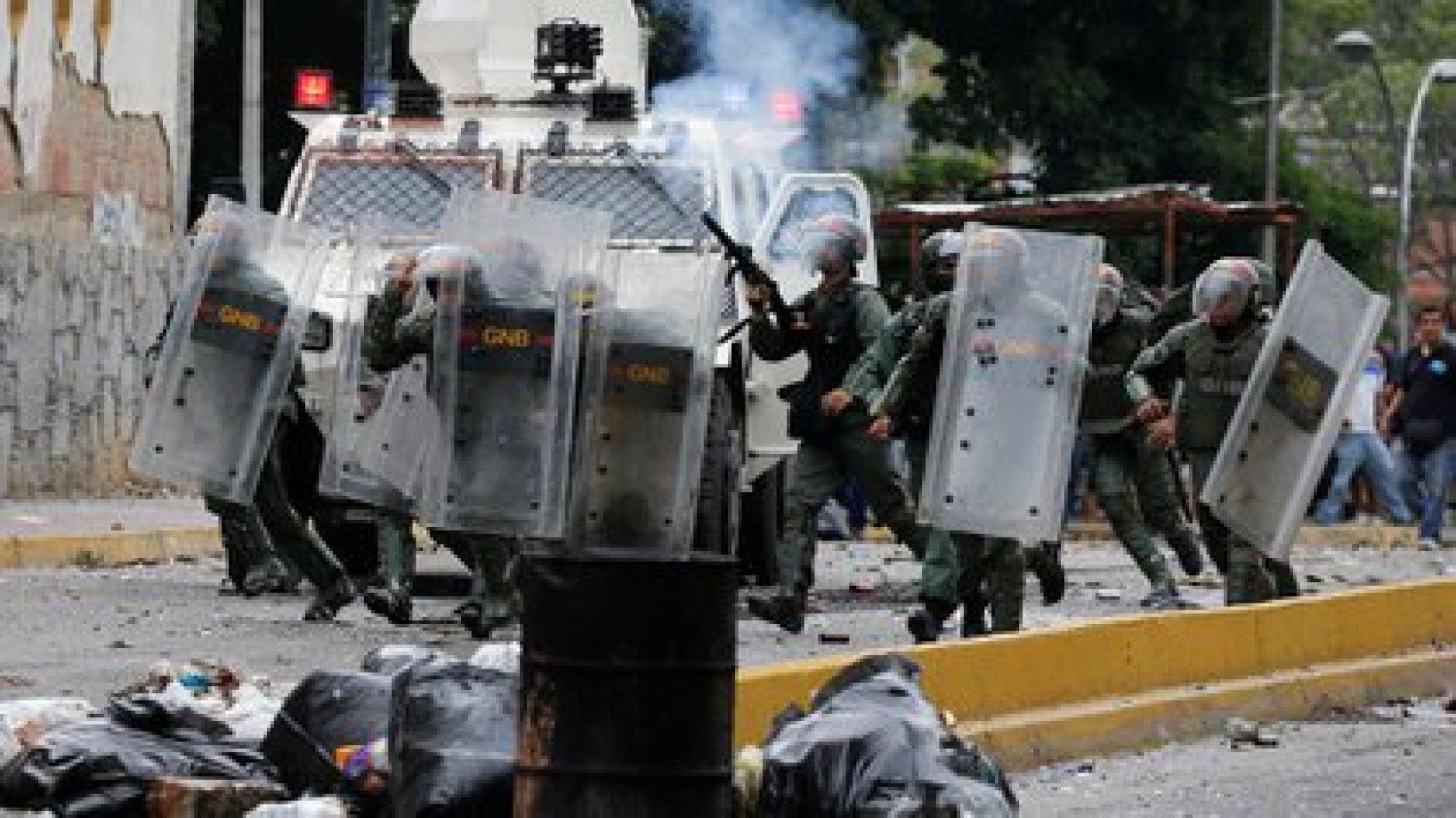 Agentes de la Guardia Nacional reprimen una manifestación en Caracas (REUTERS/Carlos Garcia Rawlins)