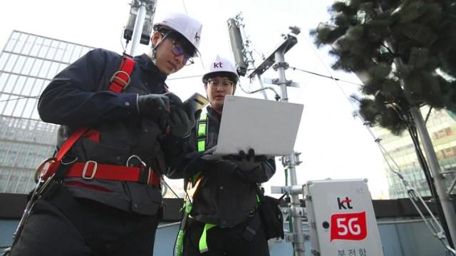 Corea del Sur lanzó las primeras redes móviles 5G a nivel nacional dos días antes de lo previsto, dijeron sus principales operadores móviles el 4 de abril, dando acceso a un puñado de usuarios en una lucha nocturna para ser los primeros proveedores de la tecnología inalámbrica súper rápida. (AFP)