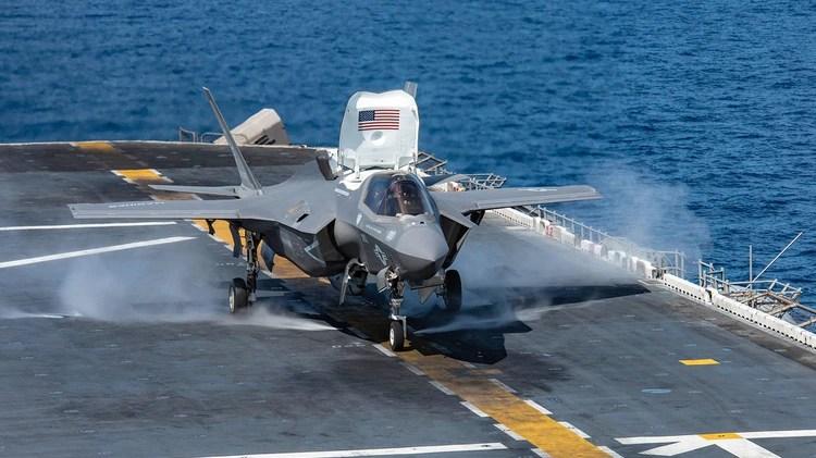 """Un F-35 Lightning II a bordo de un buque. En este caso se trata de su versión """"B"""", que puede despegar y aterrizar en forma vertical (AFP)"""