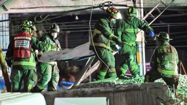 Los rescatistas retiran un cuerpo de un vagón de tren después de que una línea elevada de metro colapsara en la Ciudad de México el 4 de mayo de 2021 (Foto de PEDRO PARDO / AFP).