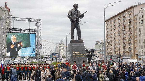 La estatua de MijailKalashnikov,inventor del AK-47, en Moscú (AFP)