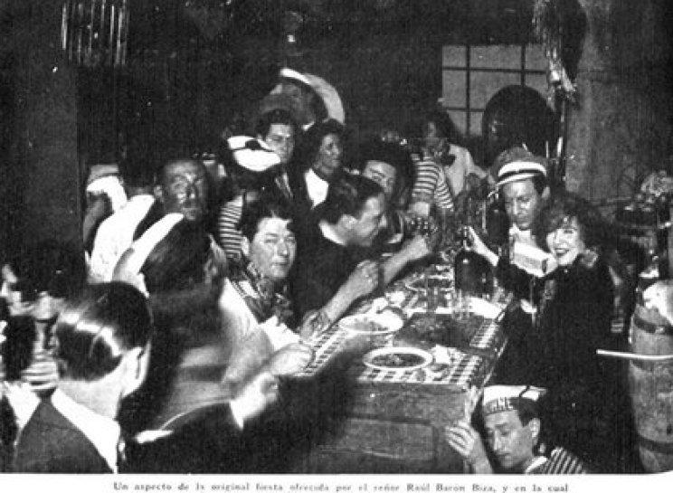 """Fiesta en la casa de Raúl Barón Biza, Foto publicada en la revista """"Caras y Caretas"""" del29 de octubre de 1932"""