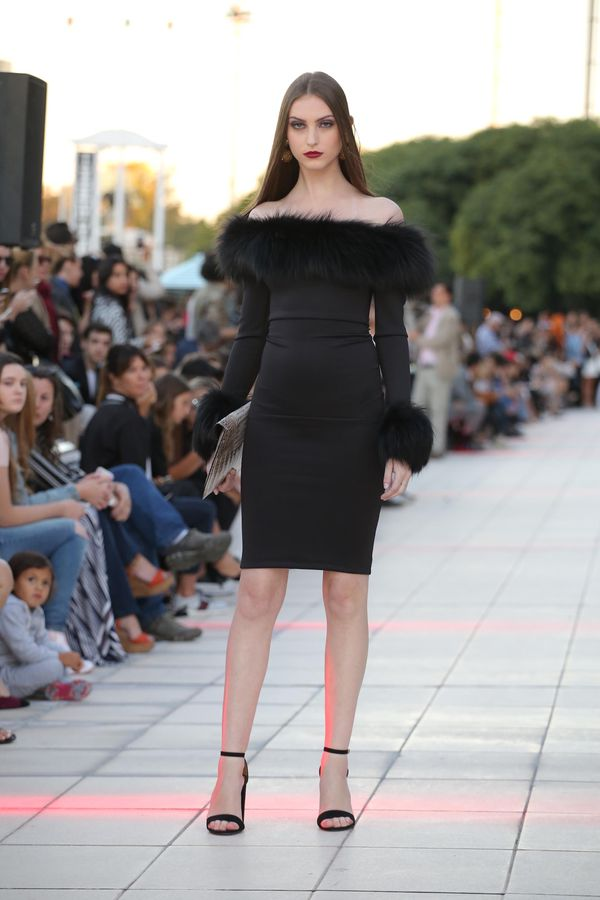 La elegancia del total black, en uno de los looks más sofisticados de la velada