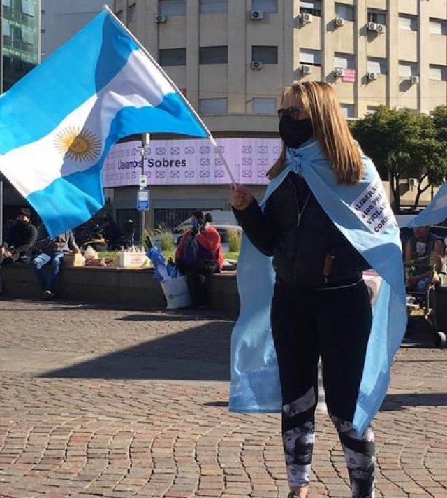 La mayoría de los manifestantes llevaba banderas argentinas
