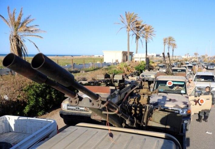 Veh{iculos militares en el este de Tripoli (Reuters)