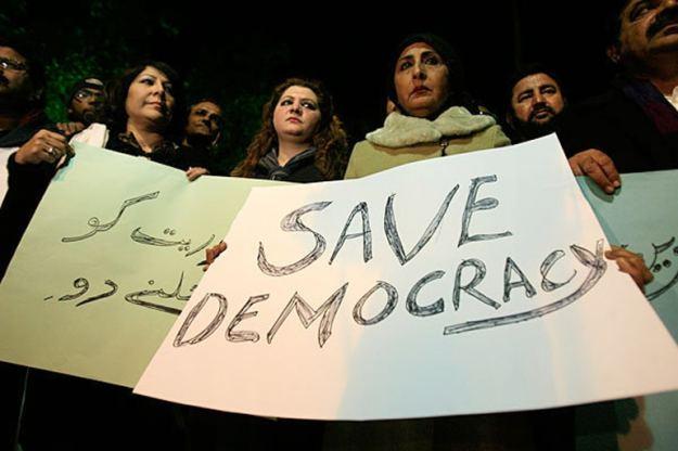 protes warga pakistan untuk tetap tegaknya demokrasi