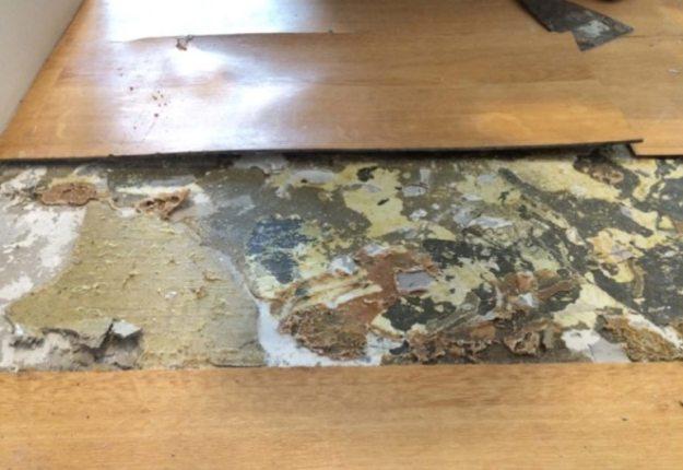 inilah akibat menggunakan lem kuning pada awal pemasangan lantai vinyl