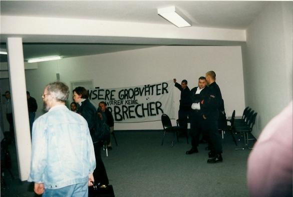 Mitglieder des Thüringer Heimatschutz entrollen 1996 im Gericht in Jena ein Transparent Quelle: apabiz e.V. www.apabiz.de