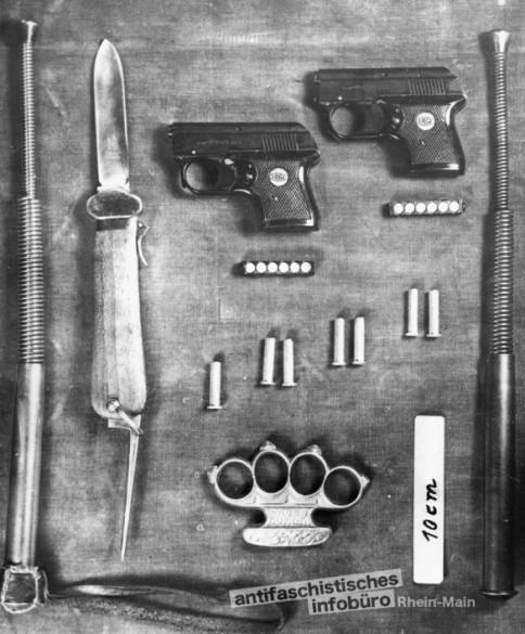 Beschlagnahmte Waffen bei einer Bundesdeligiertentagung des BDJ in Frankfurt am 14. Dezember 1952