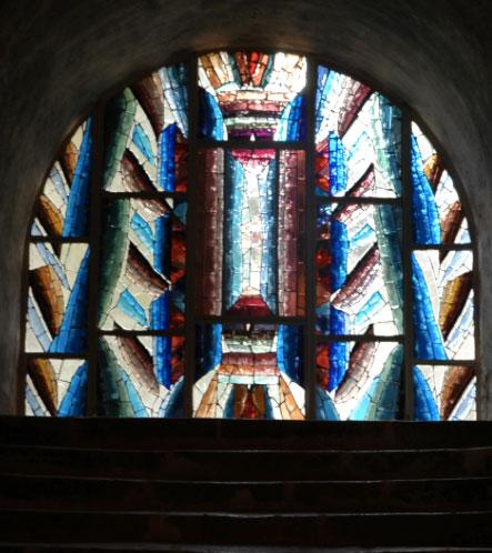 vitrail d'Henri Guérin réalisé dans la crypte de la cathédrale de Chartres en 2010