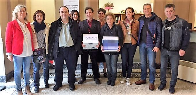 Entregan más de 42.000 firmas a Uxue Barkos para la defensa de la asignatura de religión en Navarra