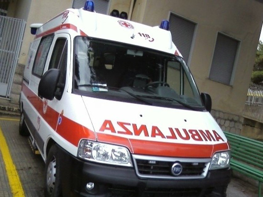 Incidente in litornea, auto si ribalta e finisce nella pista ciclabile
