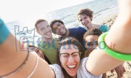 selfie-mare-turisti-turismo