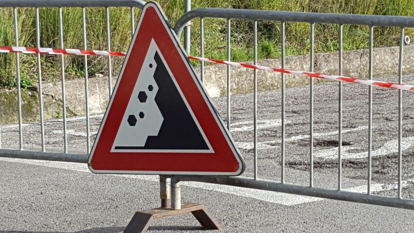 Risultati immagini per chiusa la strada sanza rofrano