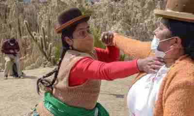 Mujeres entrenan artes marciales