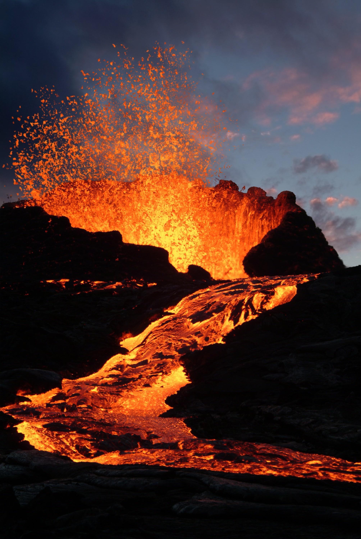 Um drone fez imagens incríveis de um vulcão expelindo lava próximo de. Erupcao Vulcanica Geologia Infoescola