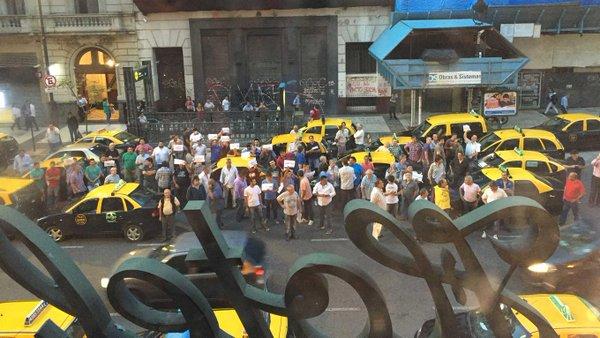 Taxistas vuelven a marchar para repudiar a Uber