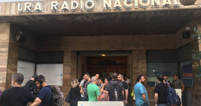 Alarma entre los periodistas: temen 100 despidos en Radio Nacional