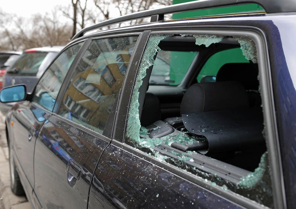 Uszkodzony samochód przez wandala.Fot.INFO Kraków24
