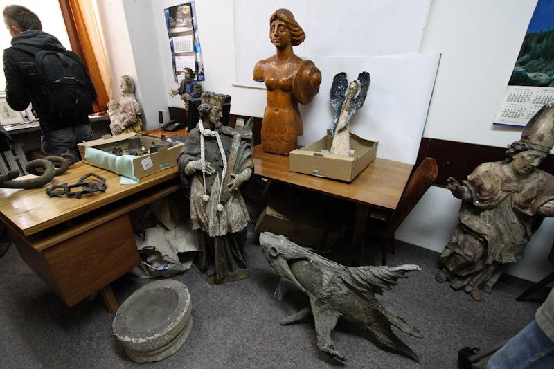 Policja odzyskała skradzione rzeźby, teraz poszukuje prawowitych właścicieli [ zdjęcia video ]