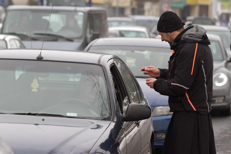 Ks. Jacek Stryczek posypywał głowy na skrzyżowaniu: Kierowcy przecierali oczy z niedowierzaniem  [ zdjęcia ]