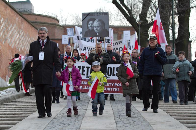 Trzecia rocznica katastrofy smoleńskiej : Msza oraz marsz z Wawelu pod Krzyż Katyński [ Fotorelacja ]