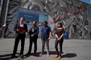 Właśnie zakończone zostały prace przy realizacji muralu Justyny Posiecz Polkowskiej, nagrodzonego w konkursie Galerii Krakowskiej MALL WALL ART. Imponujący, zajmujący ponad 1400m2 obraz znakomicie wpisany w charakter otoczenia, zdobi wschodnią ścianę Galerii Krakowskiej od strony Dworca Głównego. Utrzymany w tonacji sepii jest od dziś nową wizytówką Krakowa. Fot. Jan Graczyński / INFO Kraków24