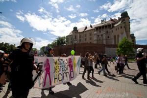 """Pod hasłem """"Wszyscy jesteśmy homo"""" w Krakowie odbył się w sobotę Marsz Równości. Uczestniczyło w nim według policji ok. 300 osób. Na Rynku Głównym doszło do próby zakłócenia marszu, w jego kierunku poleciały petardy i race. Nikomu nic się nie stało.Fot.Jan Graczyński/ INFO Kraków24"""
